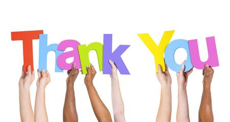 agradecimiento: Grupo multiétnico de personas Holding La palabra gracias
