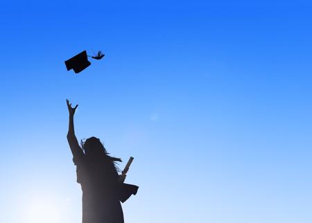 mortero: Silueta De Graduación Celebrando Joven Estudiante Mujer
