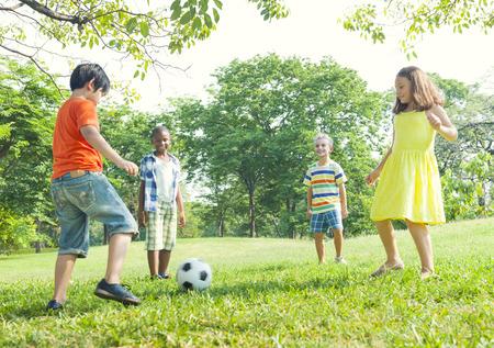 futbol infantil: Fútbol infantil en el parque. Foto de archivo