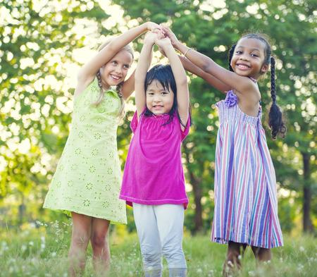 enfant qui joue: Enfants jouant