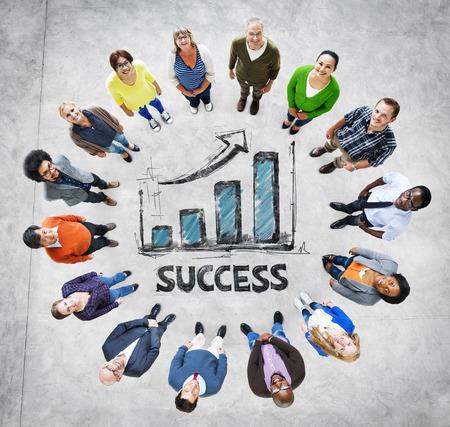 Multi-etnische groep van mensen en succes Begrippen