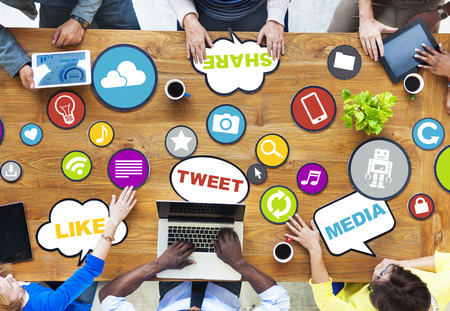 medios de comunicacion: El grupo de personas diversas que discuten sobre Social Media Foto de archivo