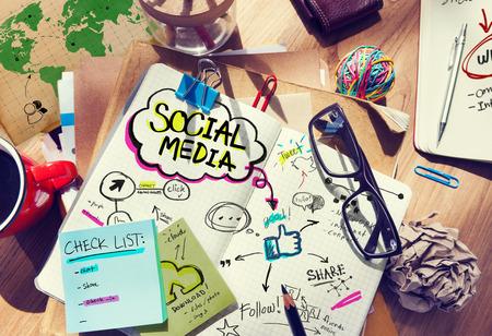 interaccion social: Escritorio con Social Media y concepto de conexi�n