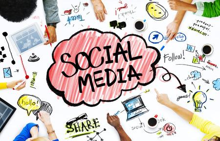 ソーシャル メディアのコンセプトを持つビジネス人々 のグループ 写真素材