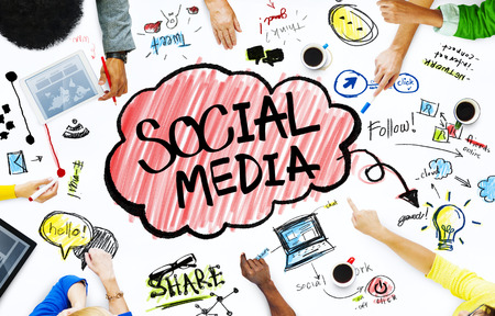 colaboracion: Grupo de hombres de negocios con Social Media Concept