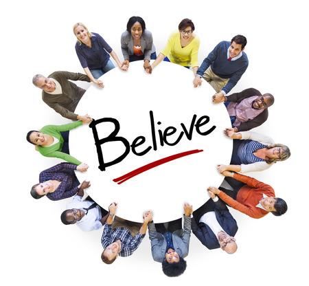 mujeres orando: Multiétnico Grupo de personas de la mano y Concepto Creencia