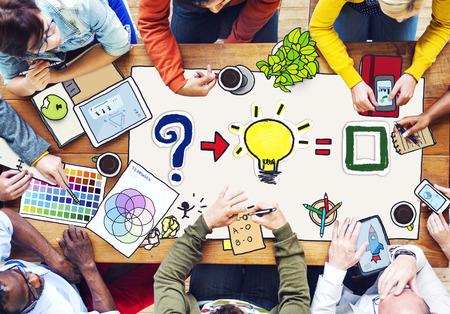 Equipe: Occupé groupe multiethnique de personnes travaillant dans Illustration Banque d'images