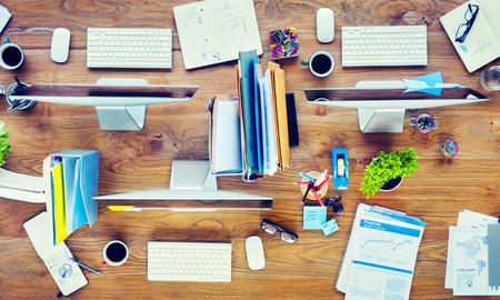 oficina desordenada: Escritorio de oficina contempor�neo con computadoras y herramientas de oficina