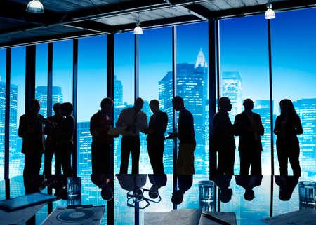 trabajando duro: Grupo de personas de negocios trabajando hasta tarde duro.