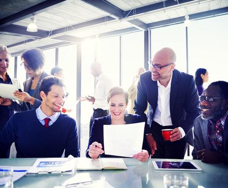 personas reunidas: La gente de negocios que expresan positividad alrededor de la mesa de conferencias.