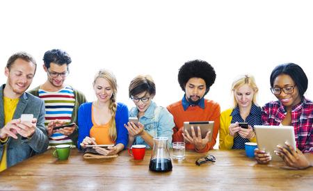 Grupo de multiétnicos Gente uns DIgitak Dispositivos Foto de archivo - 31301119