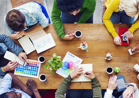 시작 비즈니스에 대한 사람들 토론의 바쁜 그룹