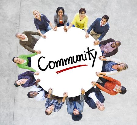 Diverses personnes dans un cercle avec Concept Communauté