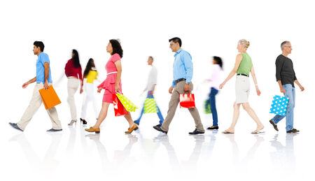 ショッピング バッグと歩いて多様な人々 のグループ