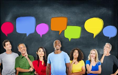 personas pensando: Alegres y gente diversa Pensar y Speech Bubbles