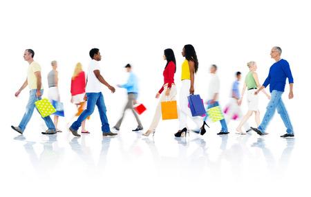 Mullti-etnische groep van mensen wandelen en houden zak