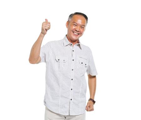 親指を与える陽気なカジュアルな老人