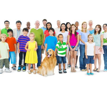 familias unidas: Grupo multiétnico de personas de diferentes edades juntos como una familia.