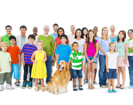 Grupo multiétnico de personas de diferentes edades juntos como una familia.