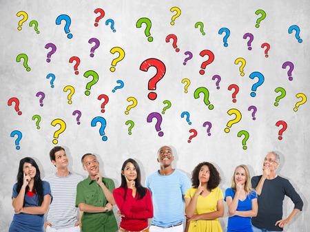 question mark: Gruppo multietnico di persone che pensano e punti interrogativi