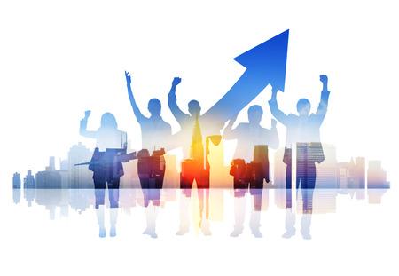 exito: La gente de negocios que celebra éxito en un paisaje urbano