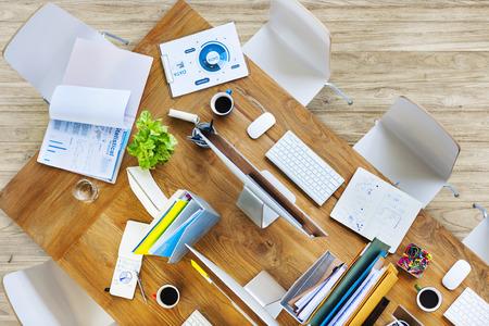 Hedendaagse Office Tabel met Uitrustingen en Stoelen