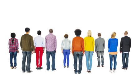 detras de: Grupo de personas coloridas multiétnicos mirando hacia atrás Foto de archivo