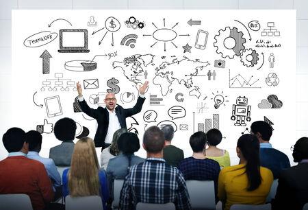 Hombre que da una presentación informal de los negocios globales a un grupo de personas multiétnicas. Foto de archivo