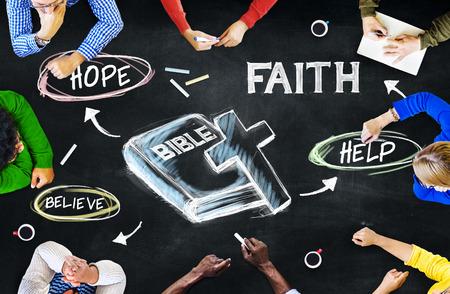Groep van multi-etnische mensen bespreken Over Bijbel Stockfoto