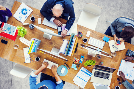 Equipe: Groupe de personnes occupées multiethniques de travail dans un bureau Banque d'images