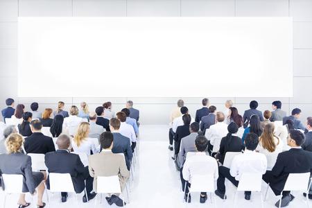 work meeting: Gran grupo de personas de negocios en la presentaci�n. Foto de archivo