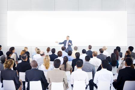 Grote groep mensen uit het bedrijfsleven in de presentatie. Stockfoto