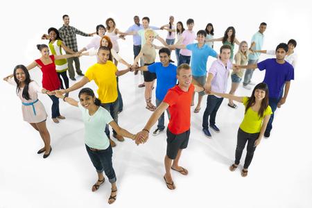 Grote groep van multi-etnische jongeren elkaar aansluiten