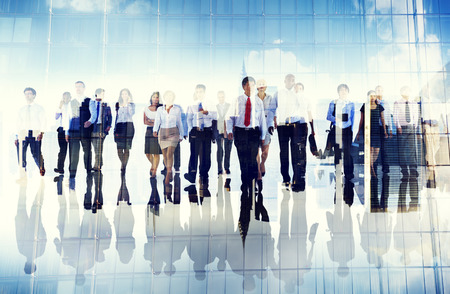 personas: Grupo de hombres de negocios que camina hacia adelante