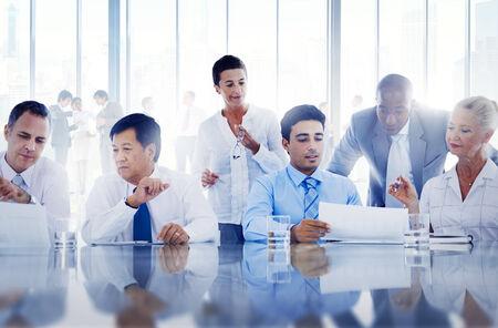 sala de reuniones: La gente de negocios trabajando juntos en una Oficina Foto de archivo