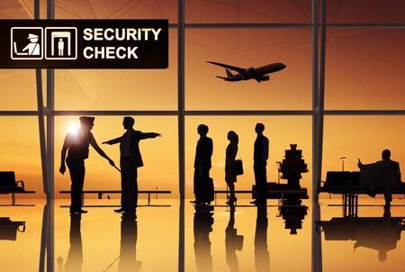 safety check: Grupo de personas en el aeropuerto