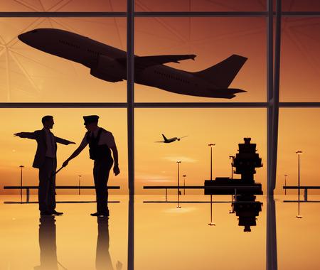 guardia de seguridad: Grupo de personas en el aeropuerto