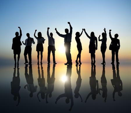 personas festejando: Grupo de hombres de negocios que celebra
