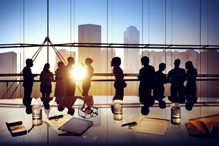 business administration: Siluetas de hombres de negocios de lluvia de ideas dentro de la oficina