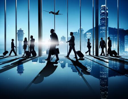 Gruppe Geschäftsleute, die in einem Flughafen für eine Geschäftsreise.
