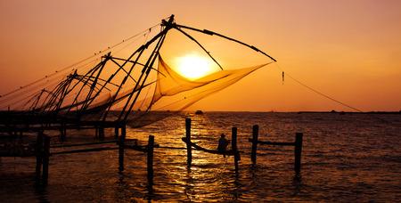 インド人は、コーチン、Kerela、インドの偉大な中国のネットの下に釣り。