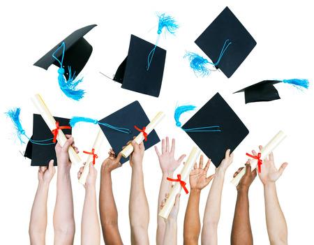 diploma: Multiétnico grupo de personas que tienen certificado y lanzando gorro de graduación.