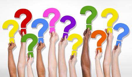 signo de interrogaci�n: Grupo multi�tnico de manos humanas sosteniendo signos de interrogaci�n.