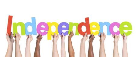 autonomia: Manos sosteniendo diversas la Independencia Palabra