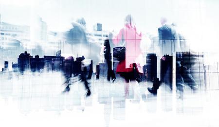 Abstract beeld van mensen uit het bedrijfsleven lopen op straat