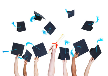 fondo de graduacion: Grupo de graduados Hands Holding de Student y lanzan los sombreros de graduación como un signo de Celebración Foto de archivo