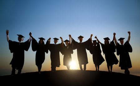 colegios: Grupo de estudiantes internacionales diversos que celebran la graduaci�n Foto de archivo