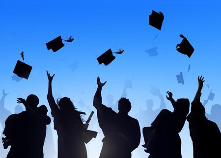 fondo de graduacion: Estudiantes Internacionales diversos que celebran la graduación