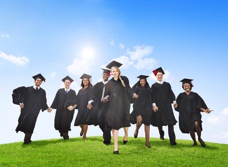 多様な外国人留学生の卒業を祝う会