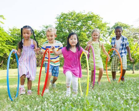 jugando: Hula Hooping Parque Foto de archivo